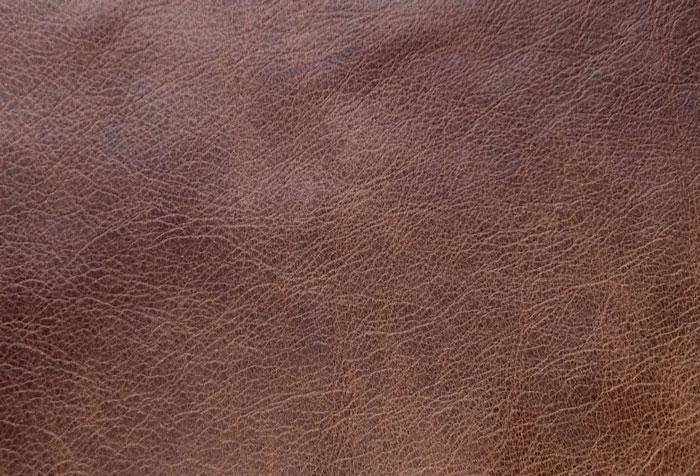 Áo da bò sáp thường xuất hiện các vết xước sáng màu sau khi dùng thời gian dài