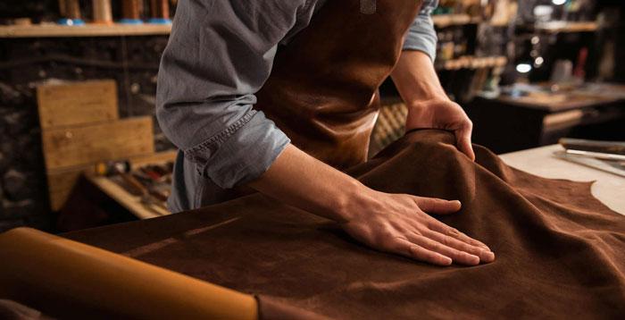 Để tạo ra một tấm da bò chất lượng cần tới bàn tay của cả người thợ thủ công lẫn công nghệ thuộc da