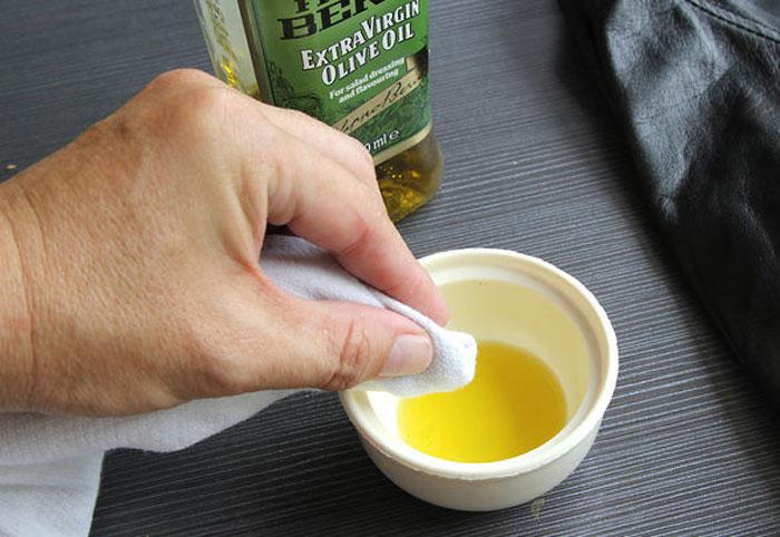 Dầu oliu giúp áo da của bạn mềm mại như mới