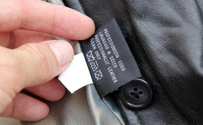 Bạn cần đọc kỹ tag áo để có cách giặt áo da bò chuẩn