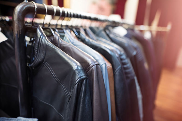 Tiệm giặt khô giúp vệ sinh và bảo quản chiếc áo da đắt tiền tốt hơn
