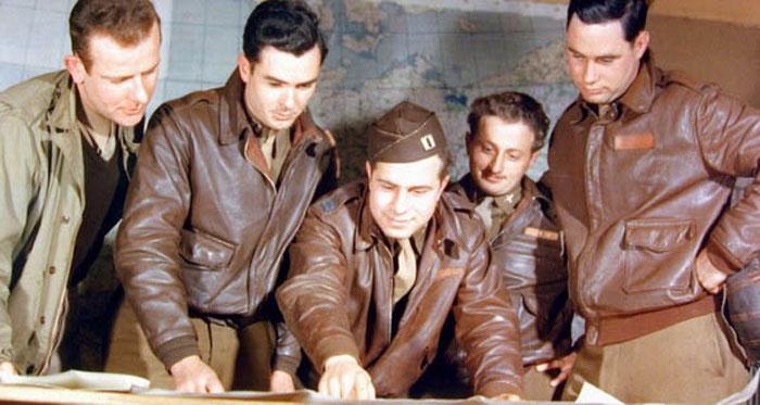 Lịch sử áo da bò bắt nguồn từ những người lính phi công trong thế chiến, giúp họ ấm hơn khi lên không trung