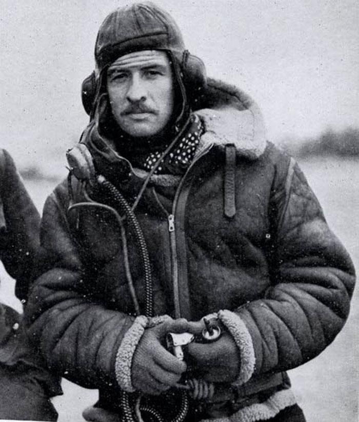 Các phi công thường mặc áo da cừu trong quân đội