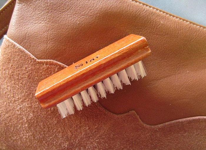Bạn có thể sử dụng bàn chải mềm chuyên dụng để giặt khô chiếc áo da của mình