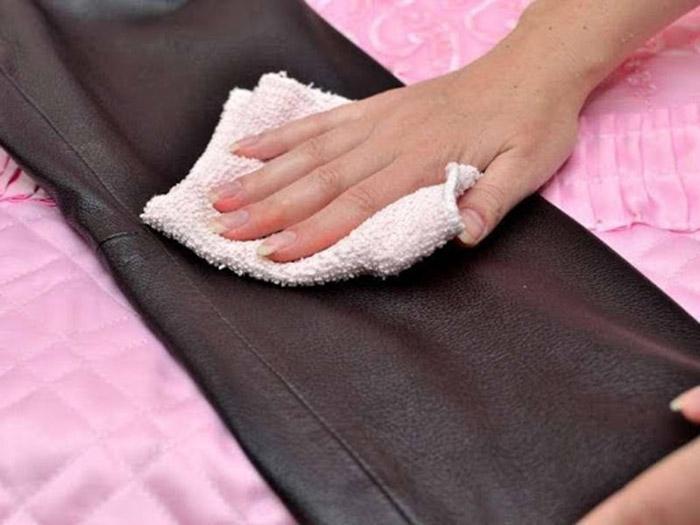 Sử dụng khăn mềm để không làm xước áo da trong quá trình vệ sinh