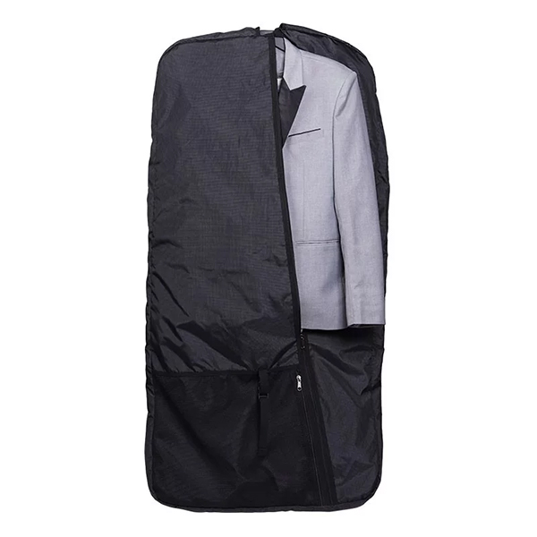 Dùng túi đựng áo vest cũng là một cách để bảo quản áo da khỏi nấm mốc