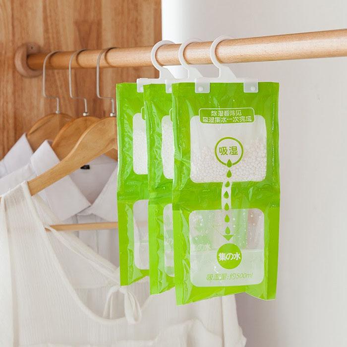 Túi hút ẩm ngăn các phân tử nước trong không khí làm hỏng chiếc áo da của bạn