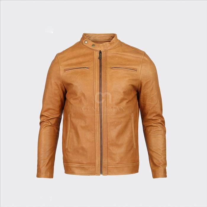 Mẫu áo sử dụng thiết kế màu sắc cổ điển với 2 khóa túi và cổ bấm mang cảm giác dấu ấn thời gian, sự từng trải cho quý ông
