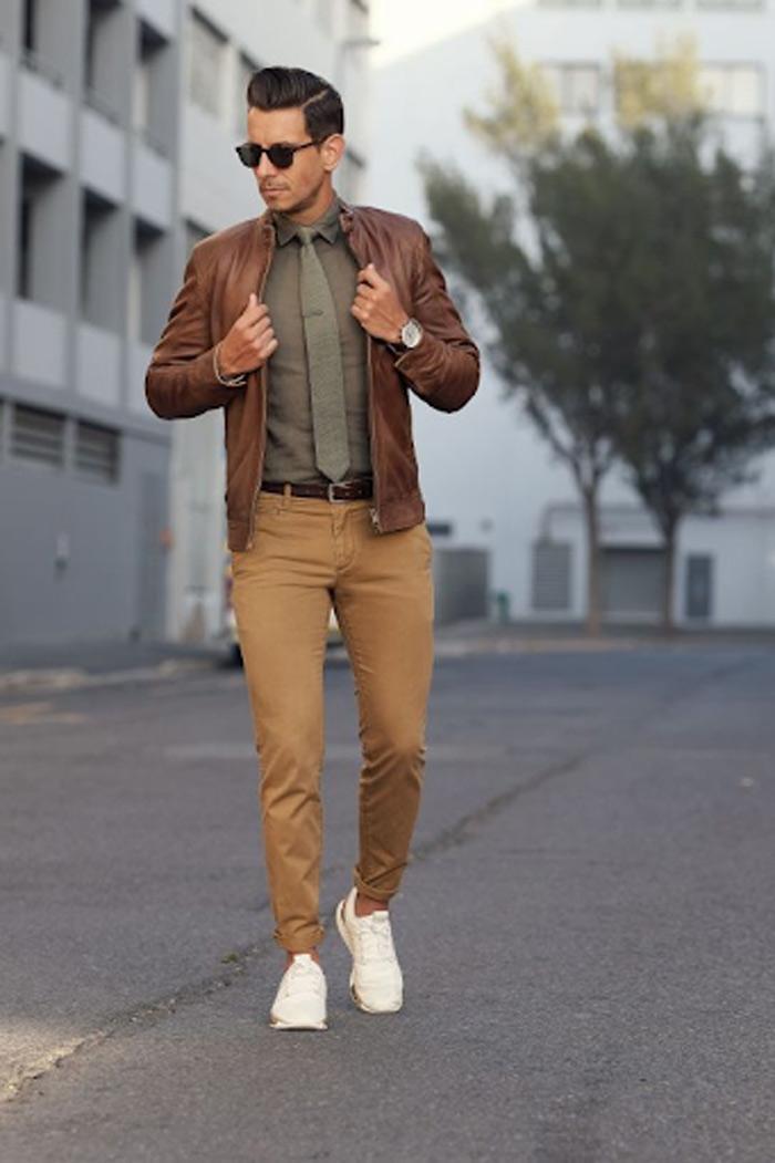 Mặc áo khoác da màu bò không hề kén giày sneakers nếu muốn đổi sang phong cách hiện đại, năng động.