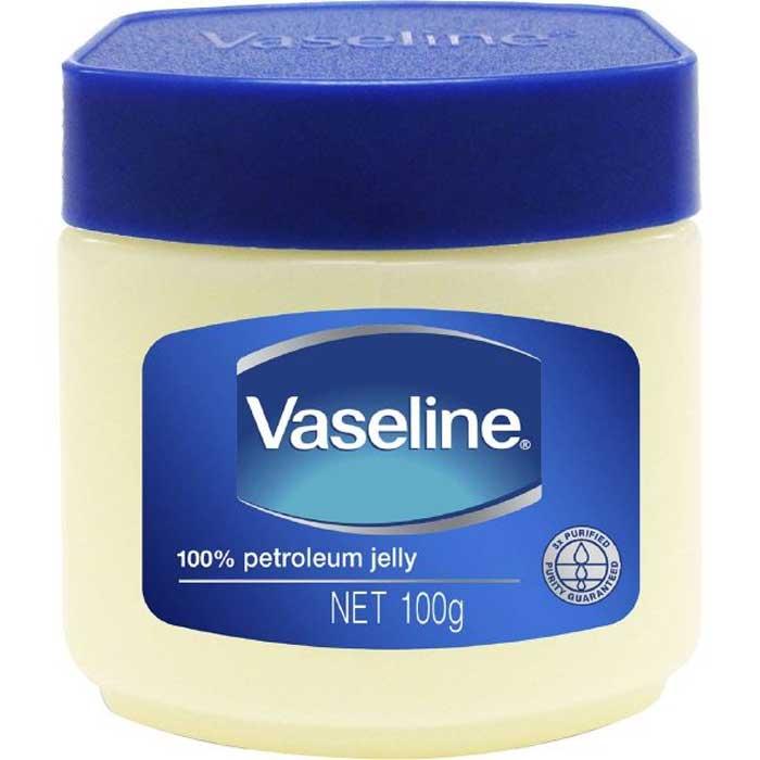 Dùng kem dưỡng ẩm Vaseline là một cách hay để làm mềm da bò bị cứng