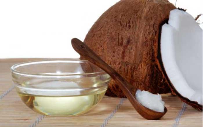 Dầu dừa là một giải pháp để làm mềm áo da rất tốt