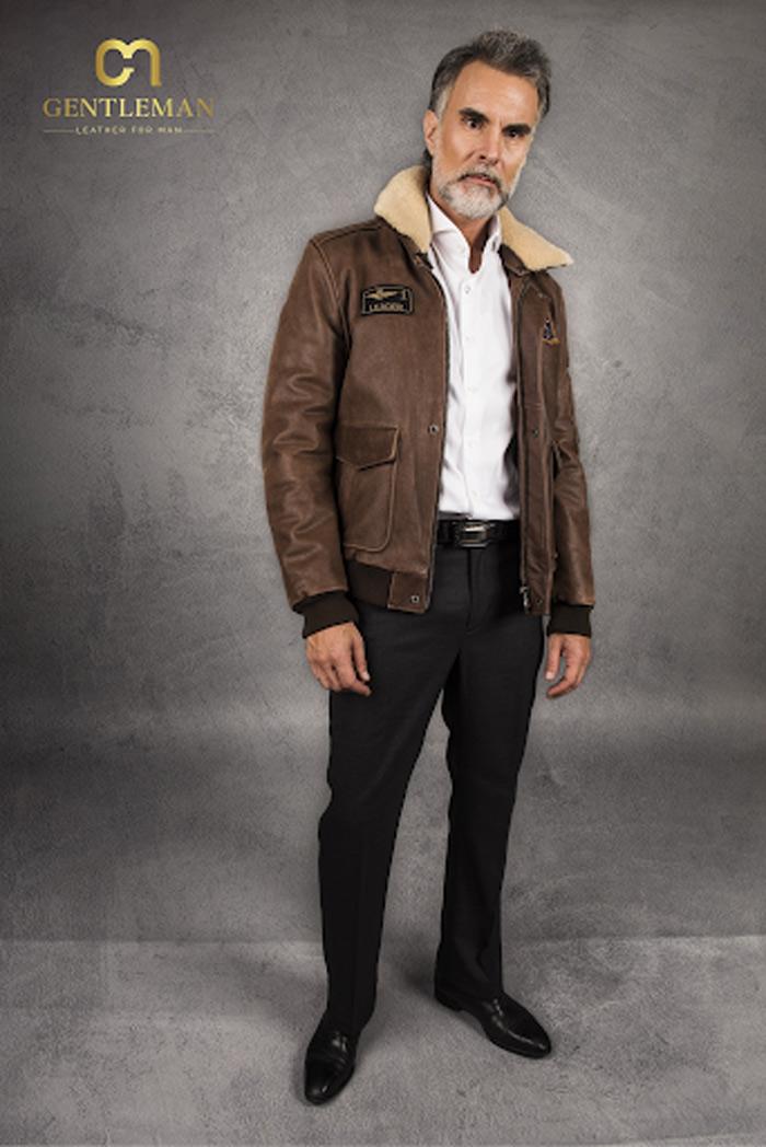 Hãy chọn những mẫu quần âu tối màu cùng áo khoác da màu bò nếu chàng muốn theo đuổi phong cách thanh lịch, đứng đắn