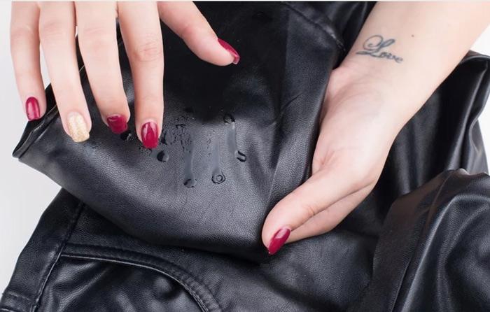 Quan sát phản ứng của nước trên da để biết được đâu là áo da thật