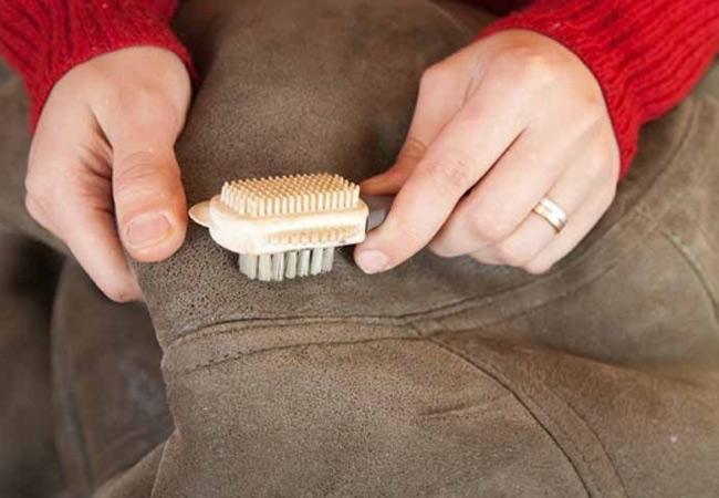Sử dụng bàn chải chuyên dụng để làm sạch áo da lộn thường xuyên