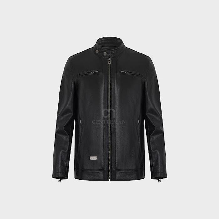 Áo da dê thảo mộc màu đen có thiết kế đơn giản nhưng gây ấn tượng mạnh với các chi tiết phụ kiện khóa, cúc...